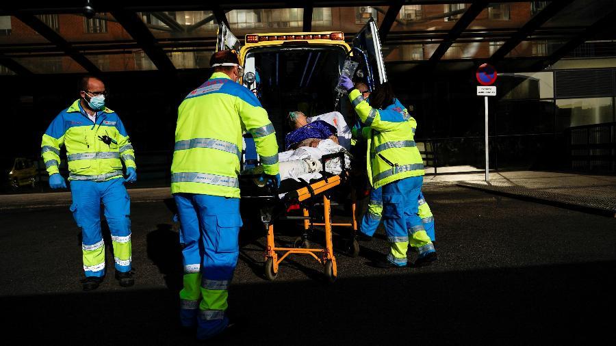 Enfermeiros recebem paciente com covid-19 em hospital da Espanha - JUAN MEDINA/REUTERS