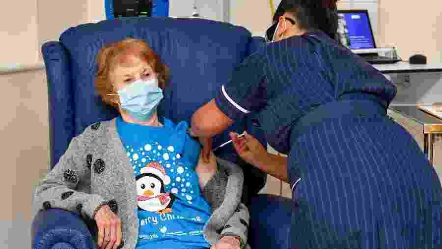 Margaret Keenan, 90 anos, foi a primeira a receber vacina contra covid-19 no Reino Unido - Jacob King/POOL/AFP