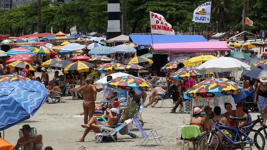 27.dez.2020 - Praia da Aparecida, na Baixada Santista, cheia em meio à pandemia de covid-19 - MAURÍCIO DE SOUZA/ESTADÃO CONTEÚDO