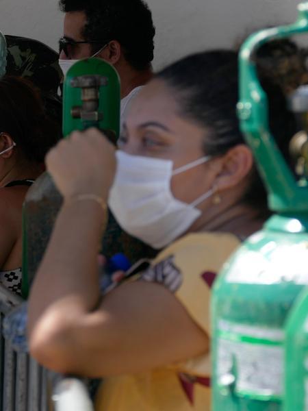 Mulher aguarda em fila diante de uma empresa de oxigênio em Manaus - SANDRO PEREIRA/ESTADÃO CONTEÚDO