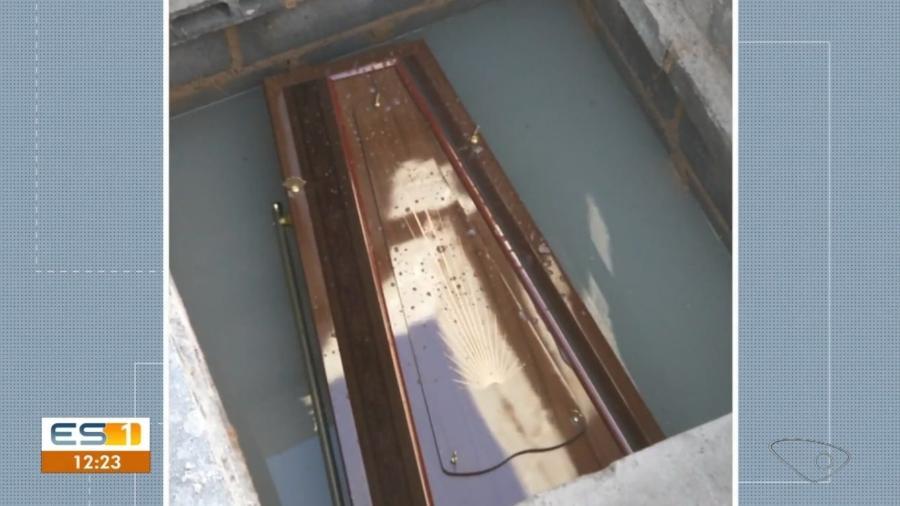 Cova foi alagada durante chuva dos últimos dias; sepultamento inadequado pode trazer riscos - Reprodução/ Globoplay/ TV Gazeta