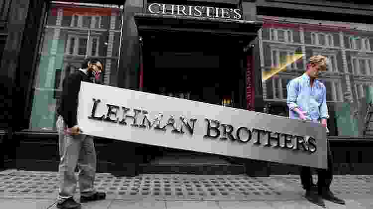 Crise de 2008 teve início com o estouro da bolha das hipotecas no mercado financeiro americano, que levou à falência do banco Lehman Brothers e à queda das bolsas e recessão em todo o mundo - Getty Images - Getty Images