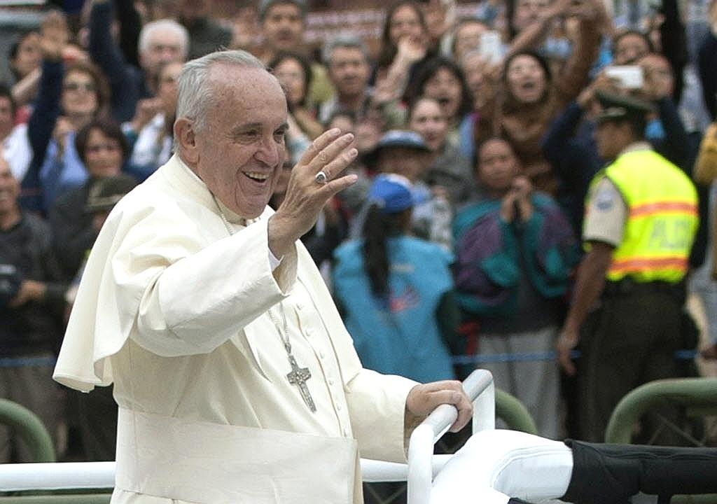 7.jul.2015 - Papa Francisco acena do papamóvel no caminho para o parque Bicentenário, em Quito, no Equador. O pontífice celebra a segunda missa campal no país