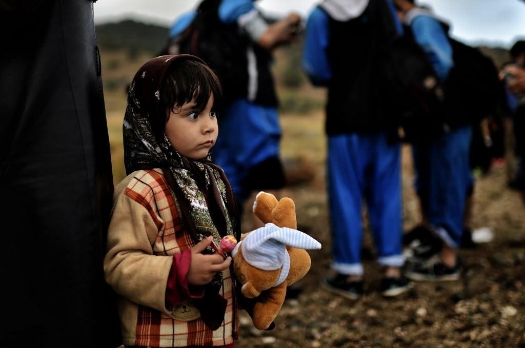 29.set.2015 - Menina segura seu bicho de pelúcia ao chegar em reduto de refugiados na ilha grega de Lesbos, após sair da Turquia e atravessar o mar Egeu