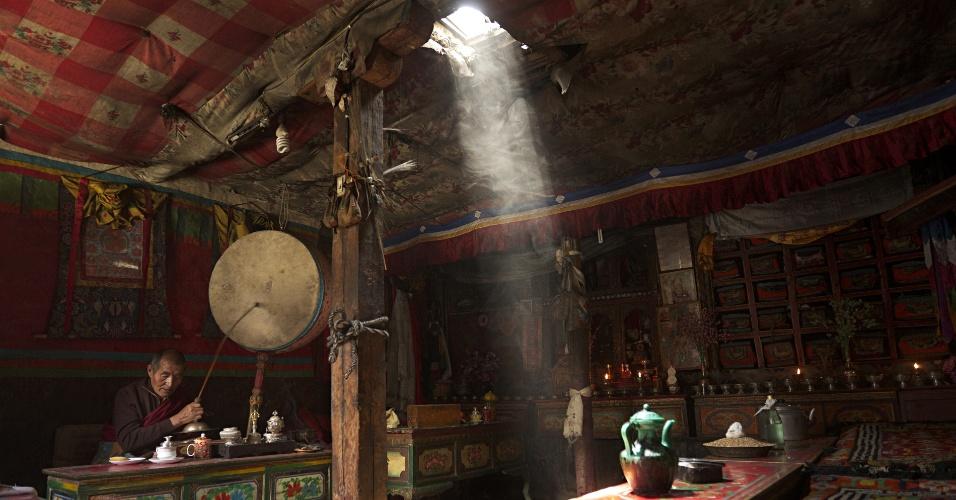 13.set.2015 - Em uma capela privada na cidade de Lo Manthang, um lama tibetano realiza um ritual com címbalos, percussão e incenso. O antigo Reino Mustang, no Nepal, já foi parte do grande Tibete e se mantém impregnado da cultura tibetana