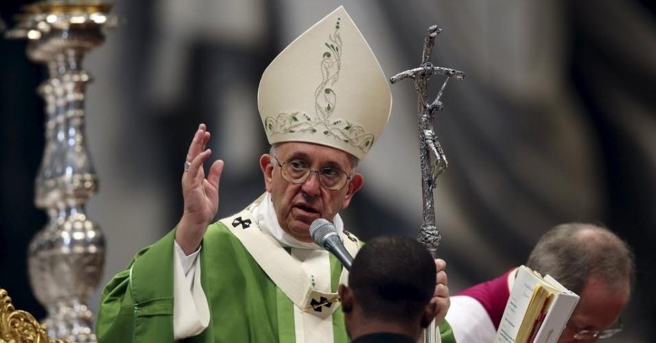 25.out.2015 - Papa Francisco comanda a missa marcando o encerramento do Sínodo da Família, na Basílica de São Pedro, no Vaticano, neste domingo