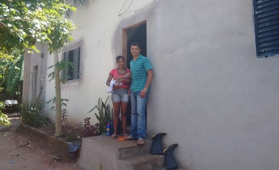 24.nov.2015 - Em MG, vizinhos de barragem em risco resistem a deixar suas casas. Edilson da Silva e a mulher têm medo de abandonar o vilarejo e perder o emprego