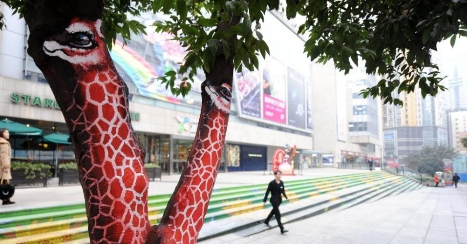 5.jan.2016 - Grafiteiros de Chongqing, na China, encontraram um lugar inusitado para expressarem sua arte. Eles grafitaram árvores da cidade