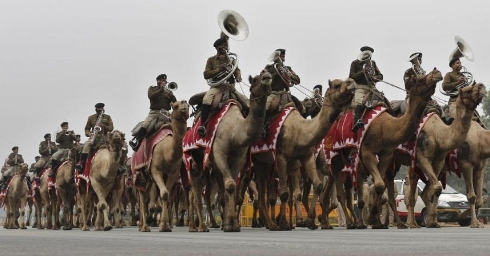 20.jan.2016 - Banda da força de segurança de fronteiras da Índia desfila a camelo em parada do Dia da República em Nova Déli