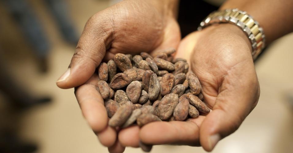 O caminho das delícias. Sementes de cacau da República Dominicana numa fábrica de chocolates. Os grãos são limpos, assados, descascados e moídos para produzir o licor e a pasta que são base dos produtos de chocolate