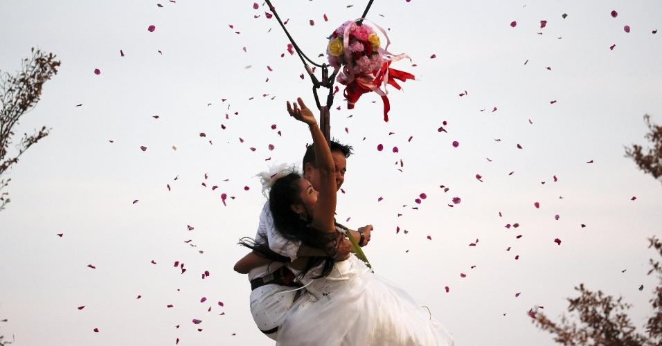 13.fev.2016 - Noivos jogam ao passar 'voando' com tirolesa durante cerimônia de casamento celebrado em um resort na província de Ratchaburi (Tailândia) na véspera do dia de São Valentim, considerado dia dos namorados em grande parte do mundo