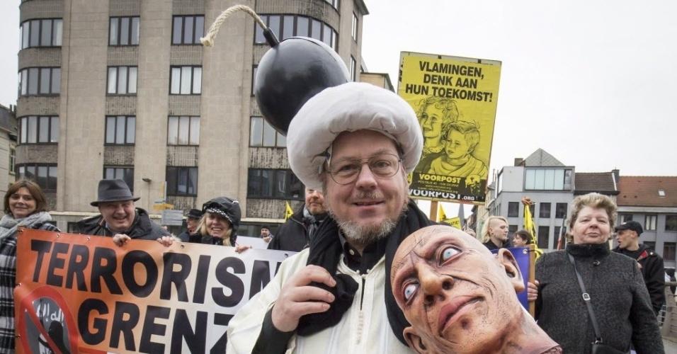 21.fev.2016 - Manifestantes protestam contra a chegada de refugiados à Europa, em Gent, Bélgica. O grupo é contra uma suposta islamização do continente, que segundo eles, está acontecendo por causa da constante chegada dos imigrantes