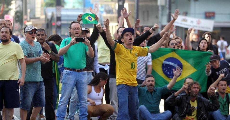 18.mar.2016 - Soldados da Tropa de Choque retiraram os manifestantes que permaneciam ocupando a avenida Paulista, na região central de São Paulo, na manhã desta sexta-feira. Alguns manifestantes deixaram a via, mas seguem o protesto da calçada. A via já está aberta para os veículos. O grupo protesta contra a nomeação do ex-presidente Luiz Inácio Lula da Silva como ministro da Casa Civil e pede a renúncia da presidente Dilma Rousseff