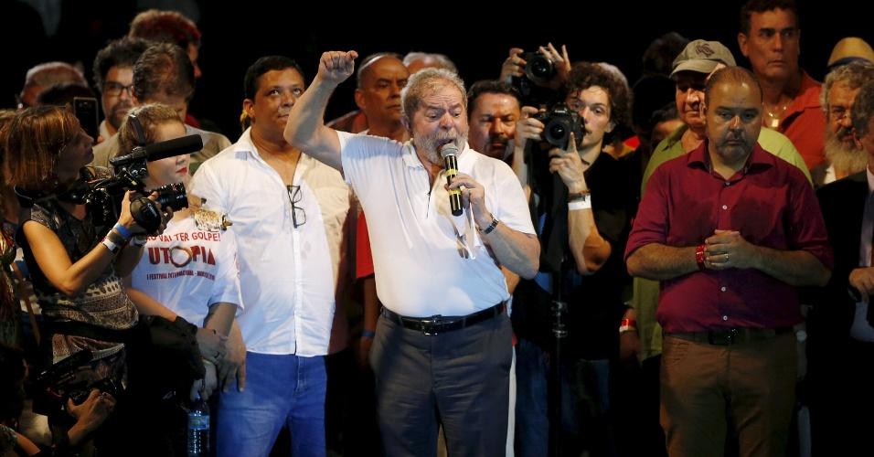 11.abr.2016 - O ex-presidente Luiz Inácio Lula da Silva discursa durante ato que reuniu intelectuais e artistas contra o impeachment da presidente Dilma Rousseff e a favor da democracia, na Lapa, centro do Rio de Janeiro