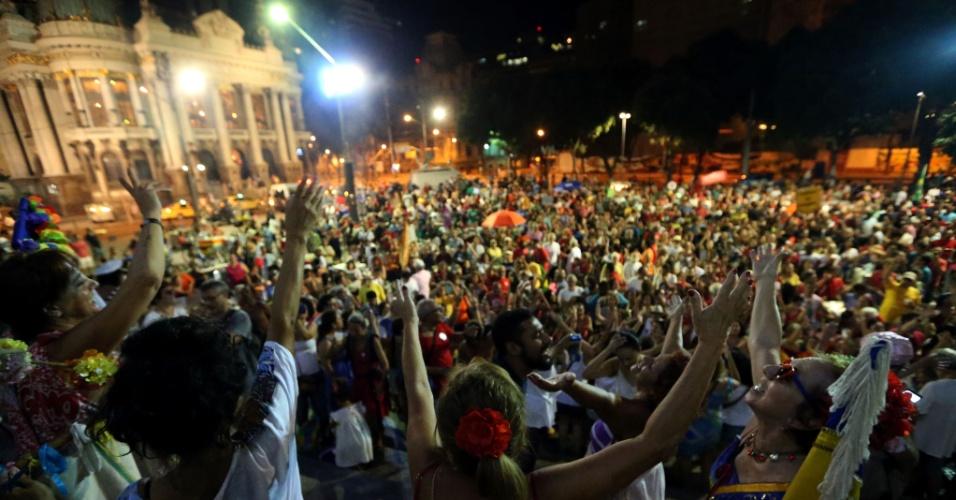 """16.abr.2016 - Manifestantes que defendem o mandato da presidente Dilma Rousseff participam de ato intitulado """"Carnaval pela Democracia"""", na Cinelândia, centro do Rio. O movimento se concentra na escadaria do Palácio Pedro Ernesto, prédio da Câmara Municipal. O evento é organizado por blocos de carnaval que desfilam nas ruas do Rio"""