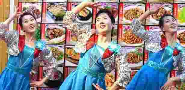 As garçonetes dos restaurantes do governo da Coreia do Norte são formadas na Escola Estatal de Arte de Pyongyang  - Getty Images