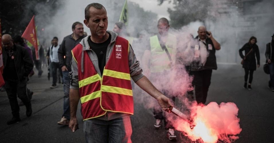 1º.jun.2016 - Trabalhadores ferroviários em greve protestam em frente à associação de empregadores em Lyon, na França. A greve provoca caos nos transportes do país, que abrigará o torneio de futebol Eurocopa 2016 neste mês
