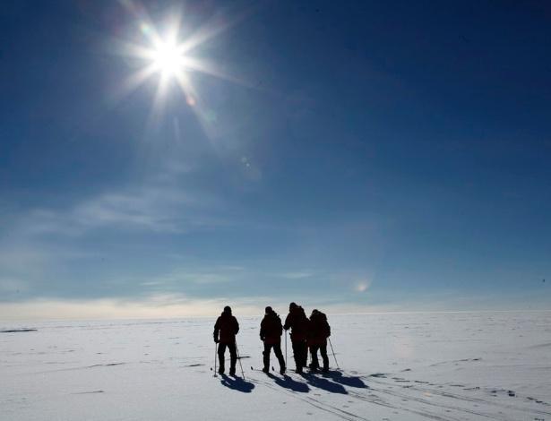 Equipe caminha nas proximidades da estação Amundsen-Scott
