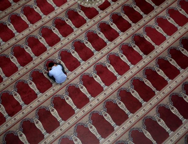 Muçulmano reza dentro de uma mesquita durante o mês do Ramadã, na Indonésia