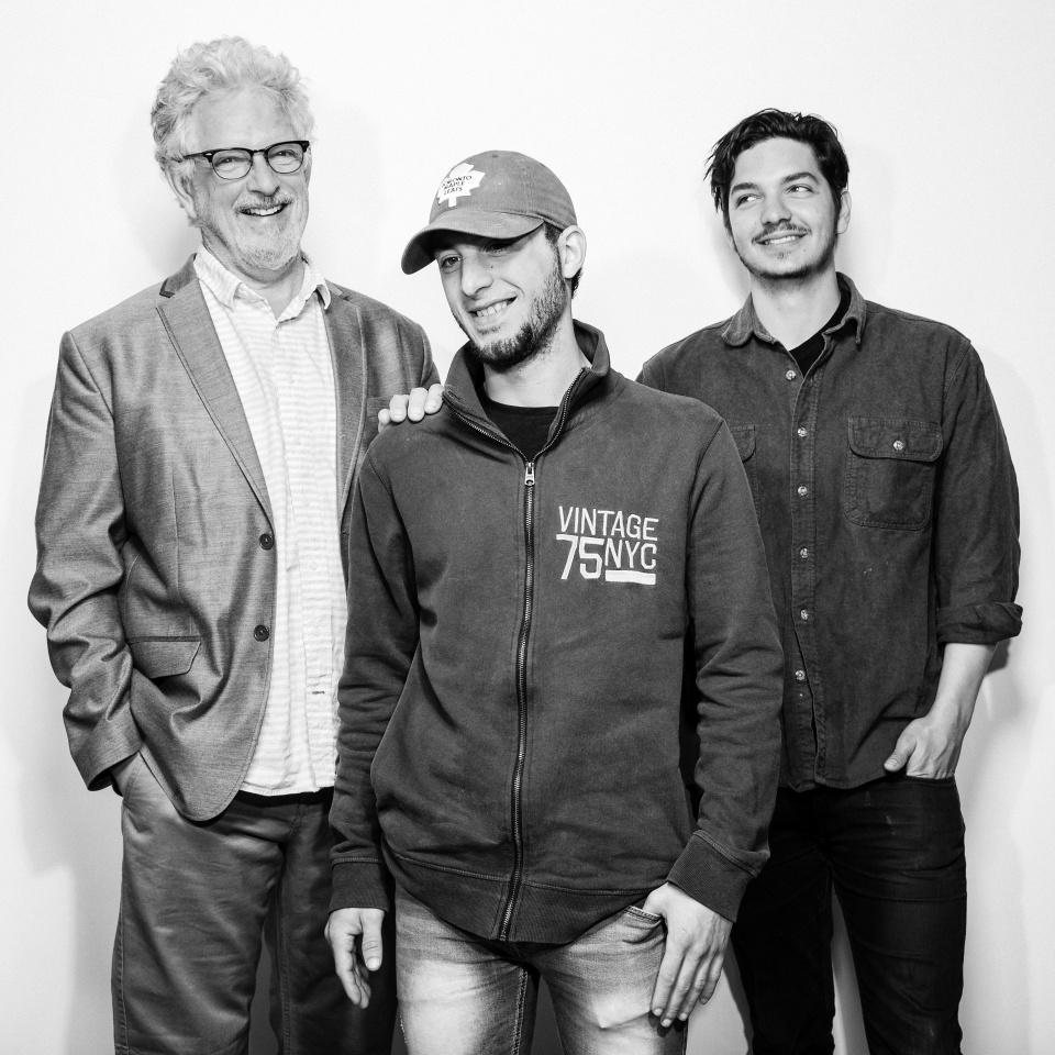 21.mai.2016 - Muaz Ballini (centro), um refugiado sírio, com dois de seus patrocinadores, David Dennis (esq.) e David Dennis Jr., em Toronto