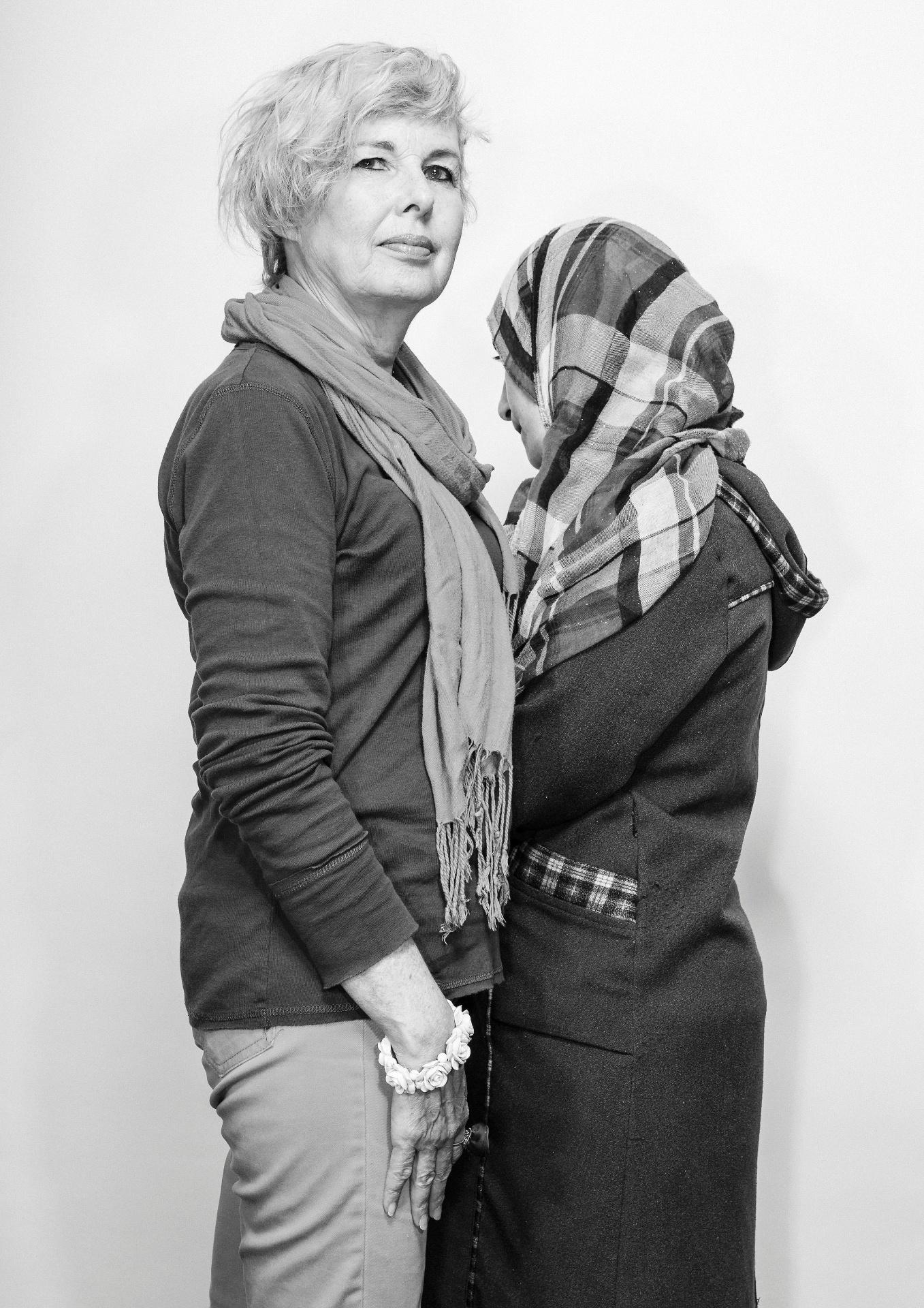 21.mai.2016 - Susan Stewart é artista e patrocinadora de Eman Mohammad (dir.). A família da refugiada veio da Síria para o Canadá