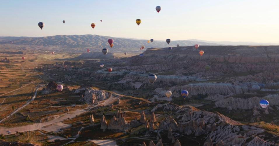 Para o alto e avante. Balões sobrevoam a Capadócia, na Turquia. A paisagem rochosa e surrealista da Capadócia é resultados de antigas explosões vulcânicas e da erosão