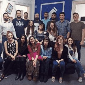 Equipe de funcionários da  Audiotext, empresa de transcrição de áudio e vídeo de Curitiba (PR). A maioria é formada em letras e comunicação - Max do Porto/Divulgação