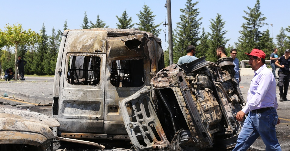 """16.jul.2016 - Veículos danificados são vistos em Ancara na manhã deste sábado (16). O primeiro-ministro turco anunciou neste sábado (16) o fracasso da tentativa de golpe militar nesta sexta-feira. A situação está """"completamente sob controle"""", garantiu Binali Yildirim à imprensa"""