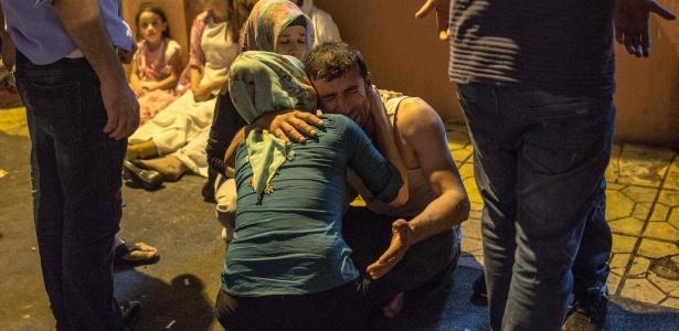 Parentes de vítimas de atentado se abraçam em frente a hospital em Gaziantep