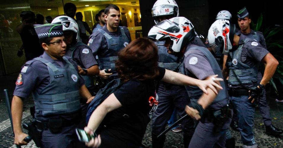 11.set.2016 - Tumulto entre policiais militares e manifestantes durante ato contra o governo do presidente Michel Temer na Avenida Paulista, na região central de São Paulo