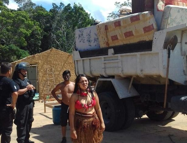 Índios pataxós são retirados de uma área onde estavam há três anos no sul da Bahia