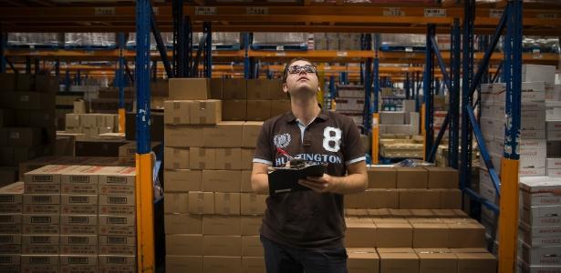 O refugiado sírio Khaled Jamal trabalha no centro de distribuição da Albert Heijn, a maior rede de supermercados da Holanda, em Zaandam