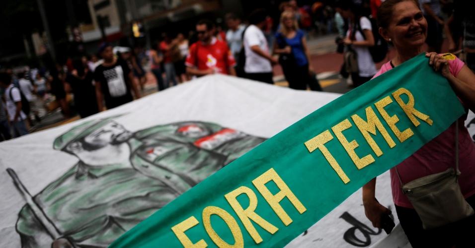 27.nov.2016 - Bandeira com a imagem de Fidel Castro é levada em protesto contra o presidente Michel Temer (PMDB) na av.Paulista em São Paulo