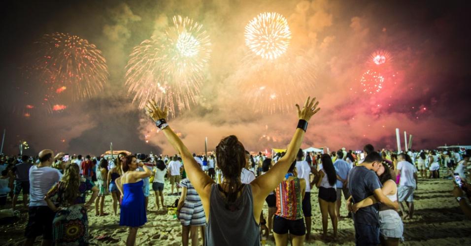 1.jan.2017 - Pessoas acompanham a queima de fogos na praia de Copacabana, no Rio de Janeiro