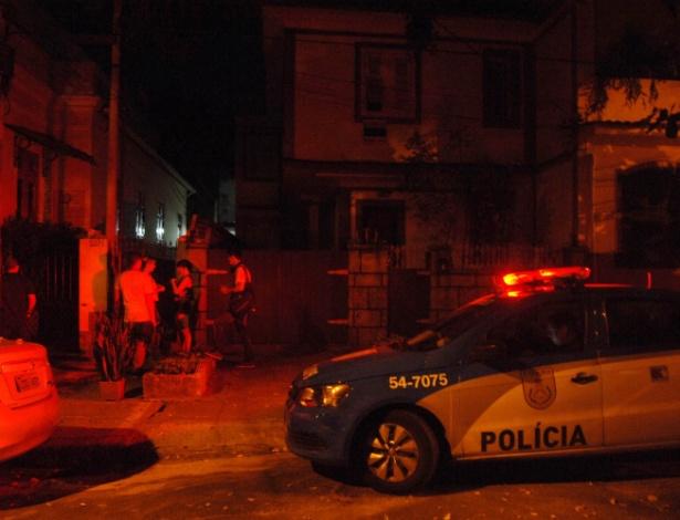 Movimentação em frente à casa onde a policial civil foi baleada pelo irmão