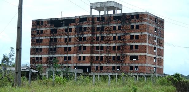 Prédio de seis andares está abandonado em Bacabeira, no Maranhão, após Petrobras cancelar obra de maior refinaria da América Latina