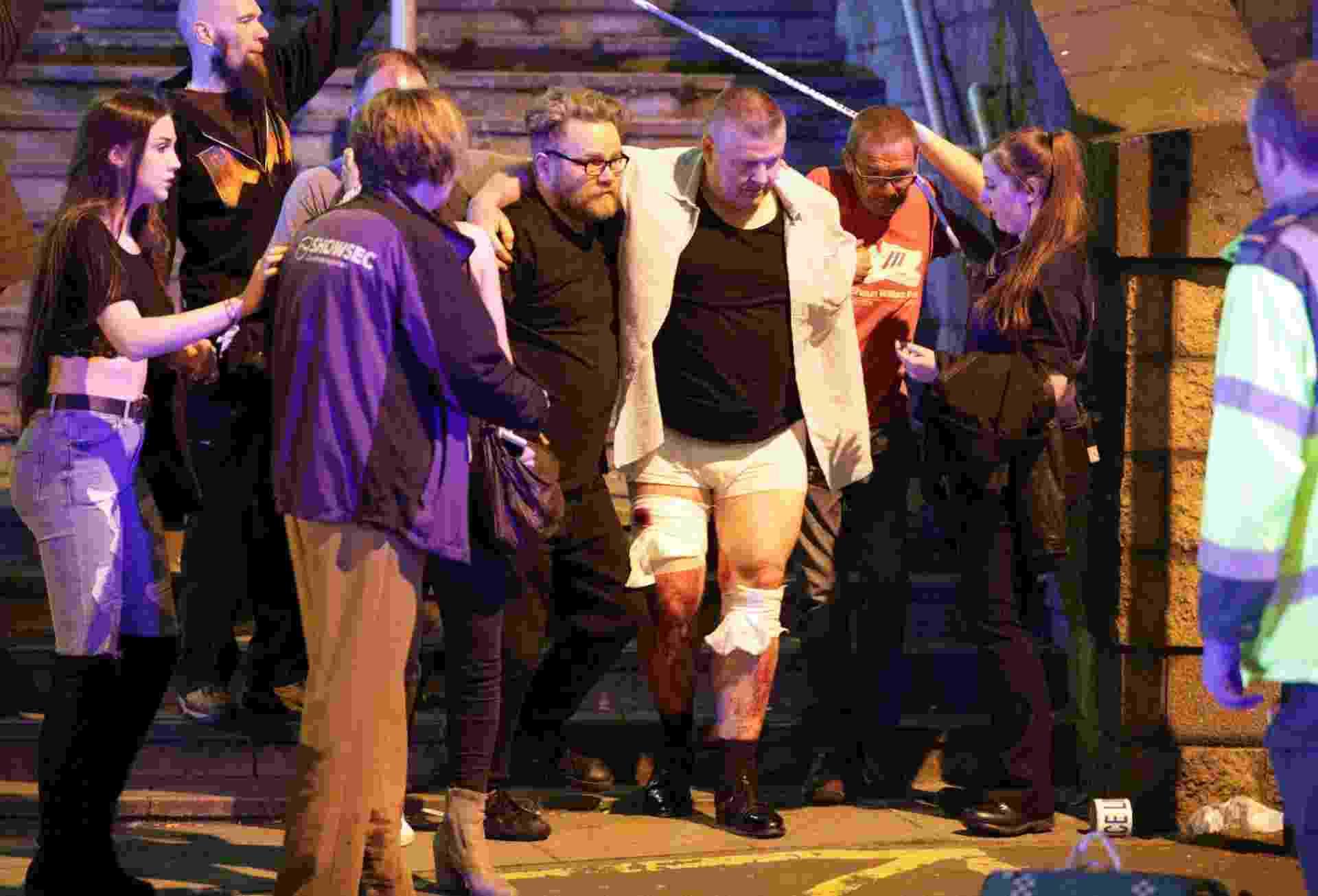 22.mai.2017 - Pessoas ajudam a ferido após explosão na saída da Manchester Arena, em Manchester, Inglaterra - Xinhua/Joel Goodman/London News Pictures/Zumapress