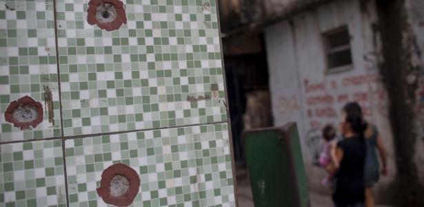 5.jun.2017 -No Complexo de favelas da Maré, na zona norte do Rio de Janeiro, é comum encontrar marcas de tiros nas casas