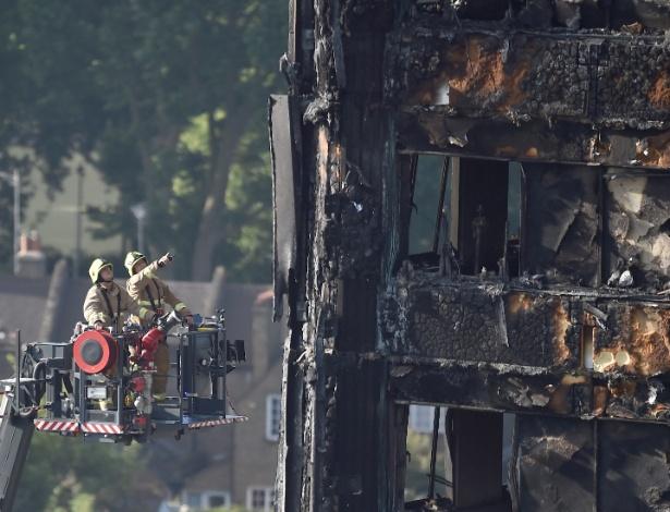Bombeiros trabalham em escala hidráulica para inspecionar a torre Grenfell no 3º dia de buscas por vítimas do incêndio da quarta-feira (14)