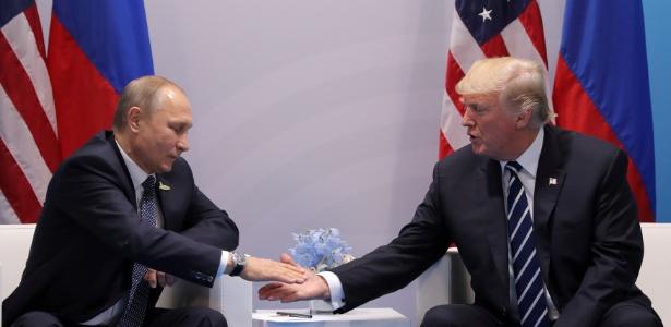 7.jul.2017 - O presidente russo Vladimir Putin (esq.) e o presidente americano Donald Trump se cumprimentam durante encontro na cúpula do G20, em Hamburgo, Alemanha