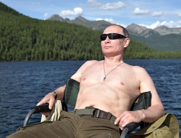 O presidente russo Vladimir Putin toma banho de sol durante suas férias na região de Tuva, Sibéria, no começo de agosto