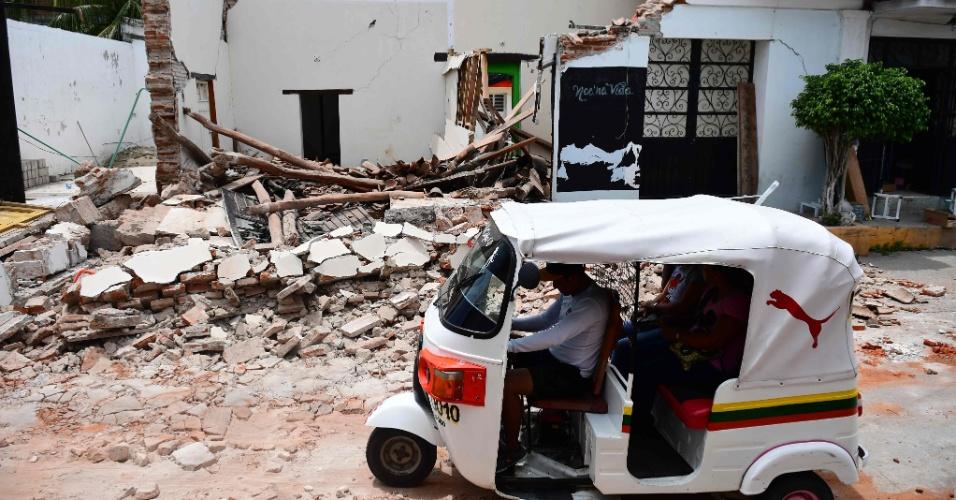 8.set.2017 - Motorista passa em meio aos destroços causados por um terremoto de magnitude 8.2 que a costa do Pacífico do México, incluindo a cidade Juchitan de Zaragoza, no Estado de Oaxaca