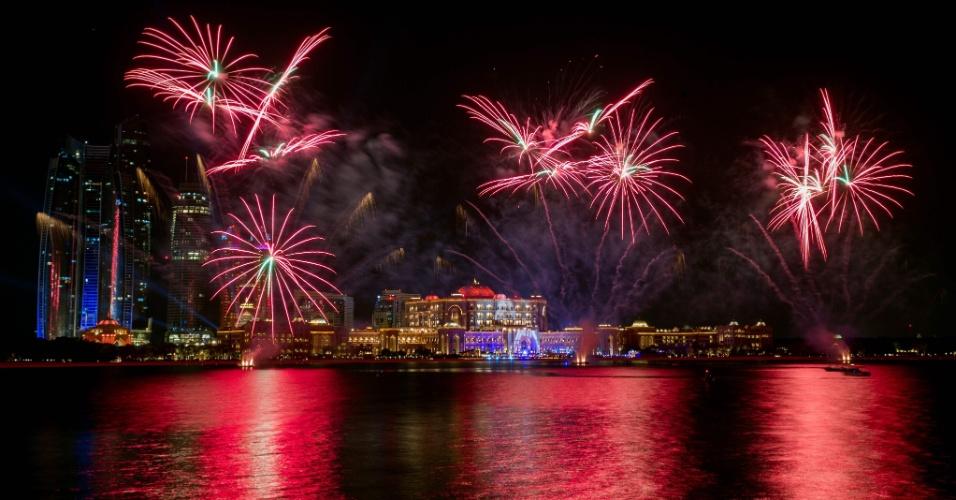 31.dez.2017 - Fogos de artifício também marcaram a passagem de ano em Abu Dhabi, nos Emirados Árabes