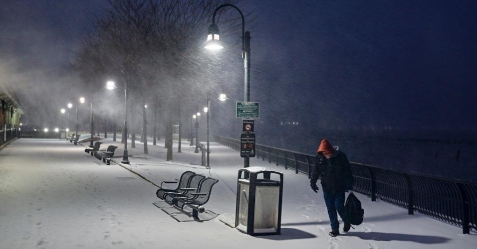 4.jan.2018 - Homem segue para o terminal de transporte no rio Hudson, em Hoboken, Nova Jersey, durante nevasca na manhã desta quinta-feira