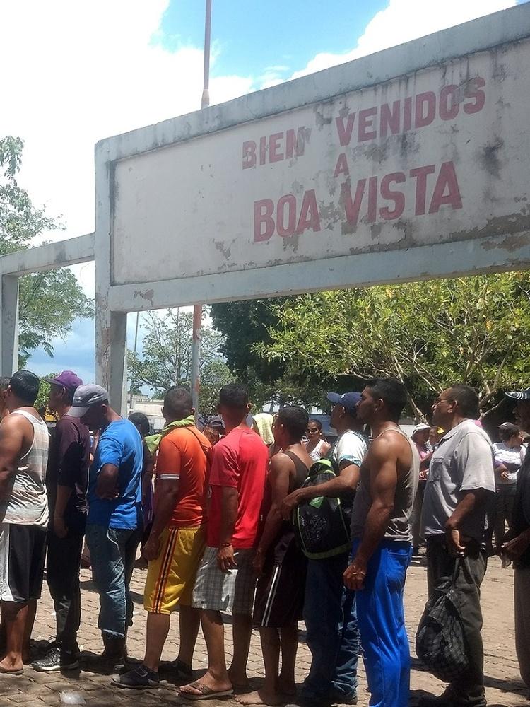 Venezuelanos aguardam doação de refeição na Praça Simón Bolívar, em Boa Vista (Roraima)