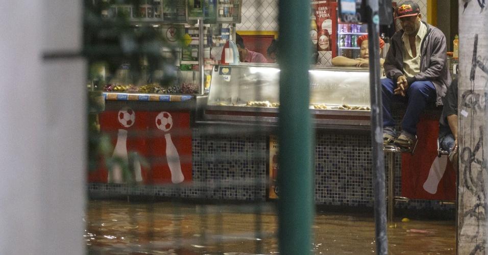 20.mar.2018 - Forte chuva inunda bar na região do terminal Bandeira, no centro de São Paulo