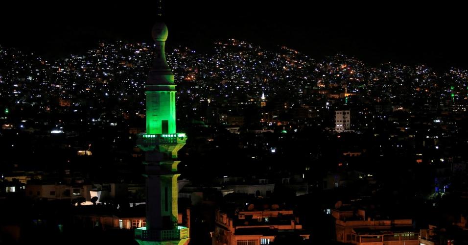 14.abr.2018 - Vista da vizinhança de Barzeh, em Damasco, capital da Síria, na noite de sábado (14); durante a madrugada bairro foi alvo de ataque aéreo dos EUA, França e Reino Unido