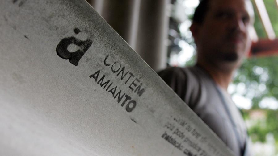Telha com amianto, vendida na loja na loja M&B Materiais de Construção e Ferramentas Ltda - Marcelo Justo/Folhapress