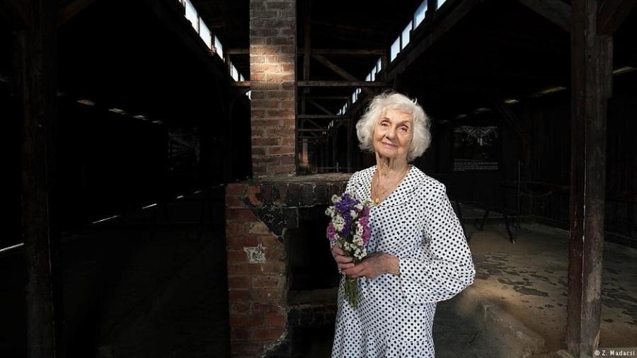 A húngara Éva Fahidi, sobrevivente do Holocausto, durante uma visita ao campo de concentração de Auschwitz-Birkenau - Z. Madacsi