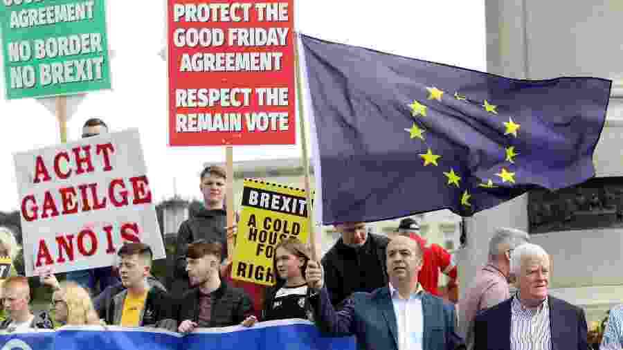 Manifestantes anti-Brexit protestam durante visita de Boris Johnson a Belfast, na Irlanda do Norte - Paul Faith/AFP